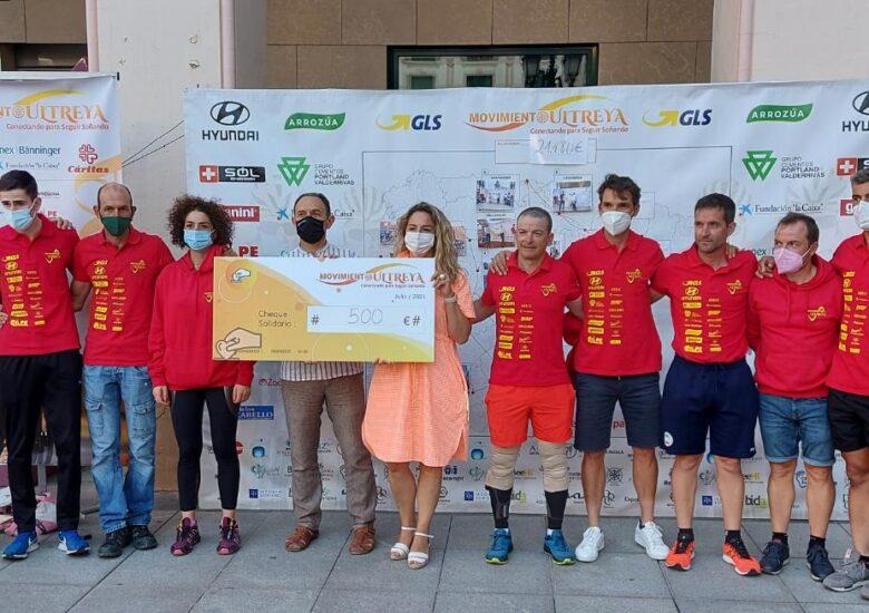 La vuelta ciclista del Movimiento Ultreya dona 500 euros a Cáritas Huesca